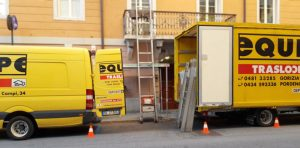 Trasloco in atto - camion furgone e scala con carrello